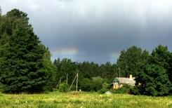 Saule, kad sagrib, arī varavīksni māk pārraut uz pusēm. 05.07.2019 Mazirbē