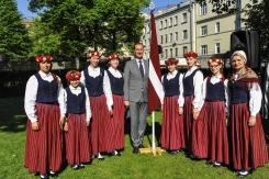 Latvijas vēstnieks Krievijā M.Riekstiņš (vidū) ar Kolkas koklētājām Maskavā 26.05.2018