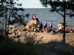 Kolkas koklētājas Kolkasragā gatavojas Bērnu un Jauniešu Dziesmu svētku kokļu koncertam. Anetes Tauniņas bilde 03.08.2021.
