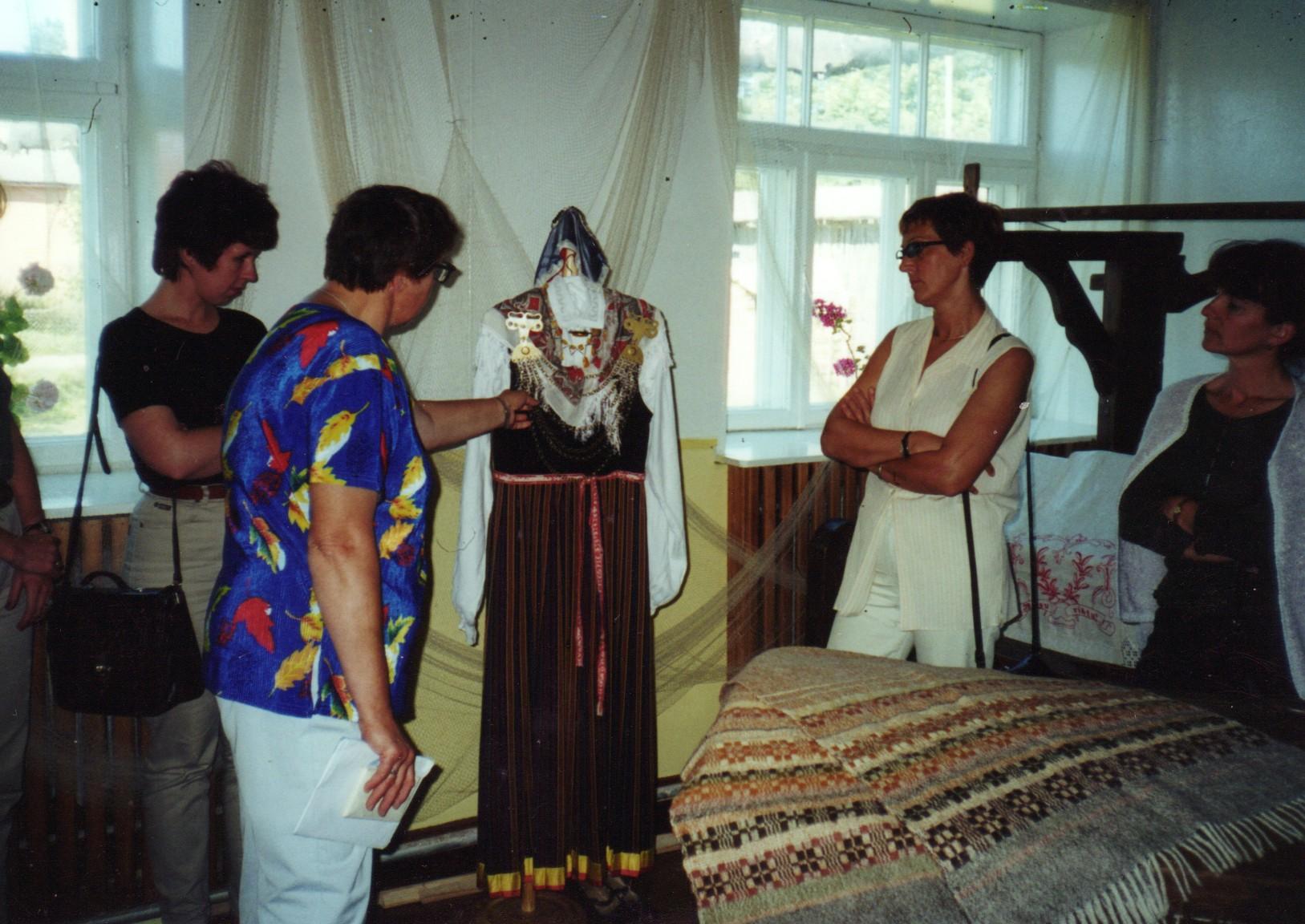 Mārīte Zandberga tūristiem Līvu centrā stāsta par lībiešu tautastērpu