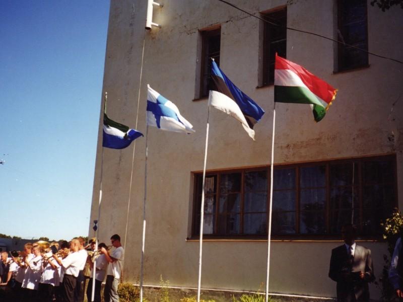 Lībiešu svētkos 1999. gadā, kas veltīti tautas nama 60. jubilejai, pie nama...