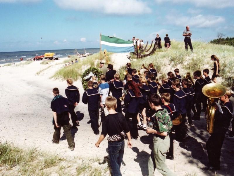 Lībiešu svētkos 1993. gadā gājiena priekšgalā karogu nes Kolkas bākaspārzinis kapteinis Visvaldis Feldmanis un marša ritmus spēlē Kolkas...