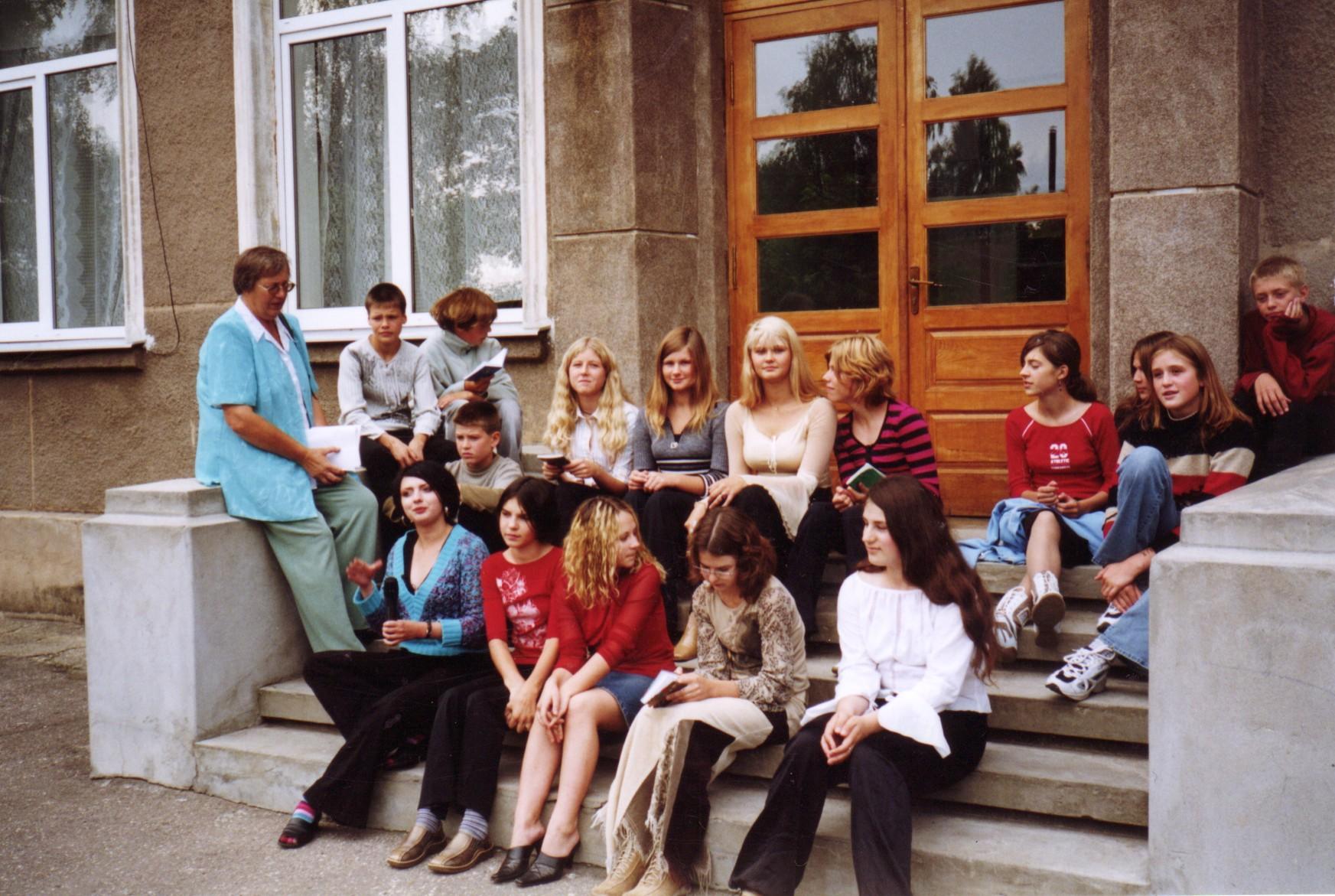 """Kolkas skolas lībiešu interešu grupa 2006. gada septembrī piedalās TVraidījumā """"Valodo novados"""", ko ieraksta Kolkā. To vada profesore Janīna..."""