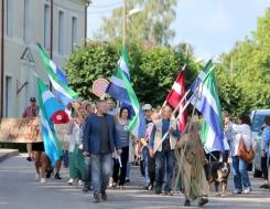 Ir jāmāk tik tālu novest novada ļaudis, lai sagaidītu līvu karogus plivojam Dundagas centrā. 22.08.2019 I.Dāvidsones foto